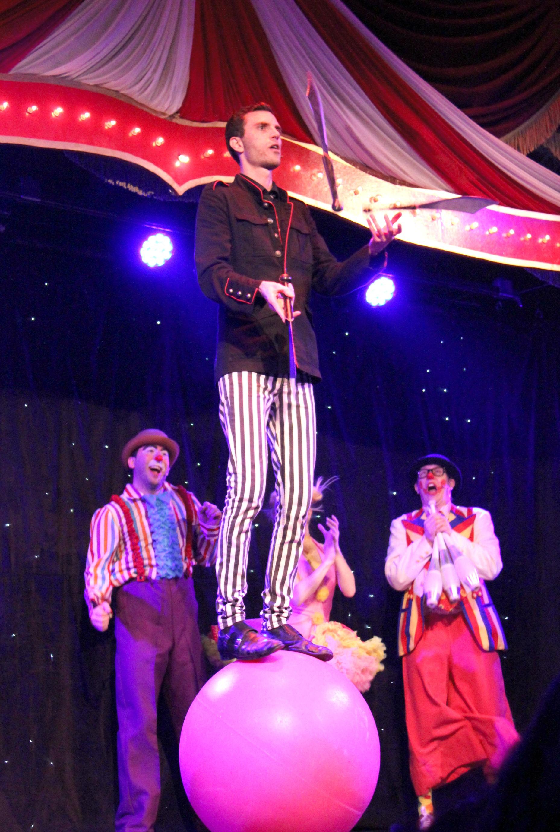 Cirque Magique Juggler
